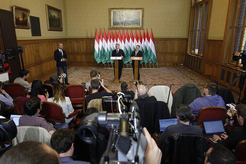 Budapest, 2016. október 4.Orbán Viktor miniszterelnök (b) és Kósa Lajos, a Fidesz frakcióvezetője sajtótájékoztatót tart az október 2-ai kvótareferendummal kapcsolatban az Országházban 2016. október 4-én.MTI Fotó: Szigetváry Zsolt