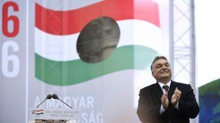 Budapest, 2016. október 23.Orbán Viktor miniszterelnök az 1956-os forradalom és szabadságharc 60. évfordulója alkalmából, 1956-2016 - A szabad Magyarországért! címmel tartott díszünnepségen az Országház előtti Kossuth Lajos téren 2016. október 23-án.MTI Fotó: Koszticsák Szilárd