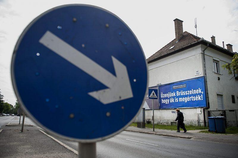 """Debrecen, 2016. május 18.A kényszerbetelepítés elleni népszavazáson való részvételre felhívó óriásplakát Debrecenben, a Faraktár utcában 2016. május 18-án. Kampányt indított május 13-án a magyar kormány, hogy minél többen vegyenek részt a kényszerbetelepítés elleni népszavazáson. A kampány fő üzenete: """"Üzenjünk Brüsszelnek, hogy ők is megértsék!""""  """"Elfogadhatatlan, hogy az Európai Bizottság 78 millió forintos fejenkénti büntetéssel fenyegetőzik arra az esetre, ha a tagországok nem fogadják el a kényszerbetelepítést. Eközben egy magyar emberre 1 millió forint uniós támogatás jut. Brüsszelt meg kell állítani"""" - olvasható a kormány május 13-án írt Facebook-posztjában.MTI Fotó: Czeglédi Zsolt"""