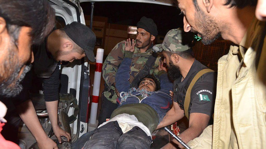 Kvetta, 2016. október 25.Sebesültet visznek kórházba a délnyugat-pakisztáni Kvettában, miután fegyveresek törtek be a város közelében lévő rendőrakadémiára 2016. október 24-én. A pokolgépekkel, automata fegyverekkel és kézigránátokkal felszerelkezett öt-hat támadó legkevesebb 59 emberrel végzett és 117-et megsebesített a mintegy öt órán át tartó tűzharcban, amelynek a hadsereg vetett véget. Egyelőre egyetlen szervezet sem jelentkezett a támadás elkövetőjeként. (MTI/AP/Arshad Butt)