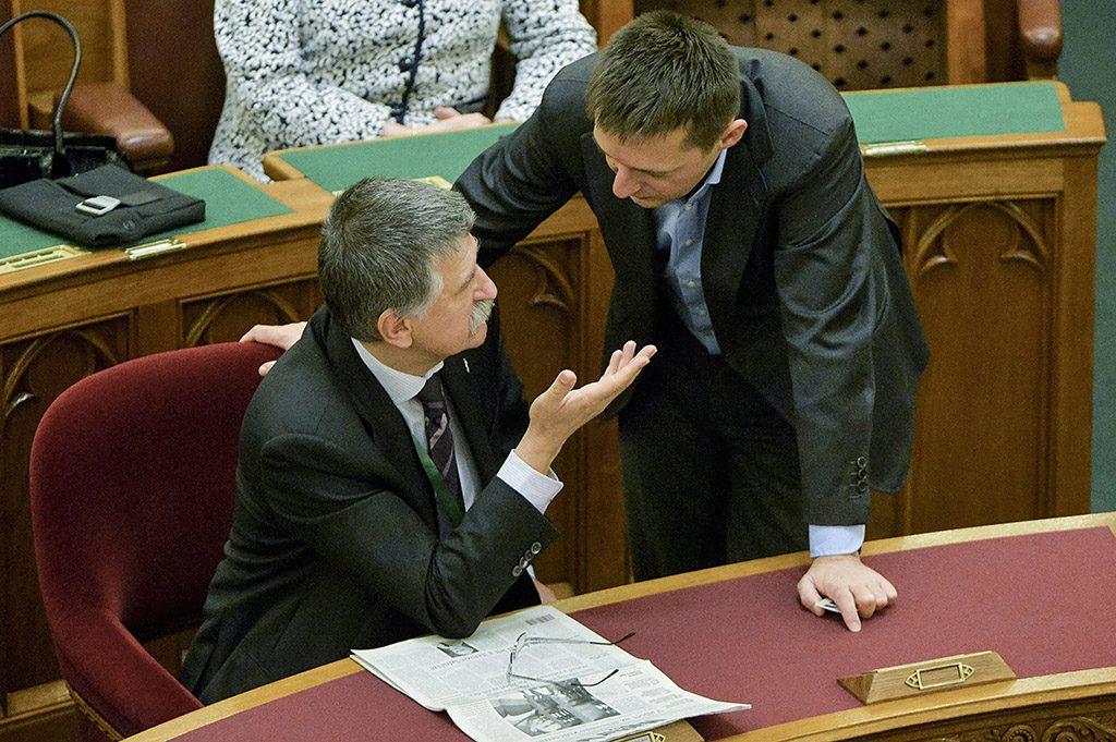 Budapest, 2014. december 2.Kövér László házelnök (b) és Rogán Antal Fidesz frakcióvezetője beszélget az Országgyűlés plenáris ülésén 2014. december 2-án. Háttérben Mátrai Márta, a Fidesz frakcióvezető-helyettese.MTI Fotó: Koszticsák Szilárd