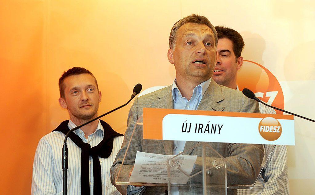 Budapest, 2009. május 10.Orbán Viktor, a Fidesz elnöke beszél a párt V. kerületi Cukor utcai irodájában, miután Páva Zsolt, a Fidesz jelöltje győzött a pécsi polgármester-választáson. Mögötte Schmitt Pál, a Fidesz európai parlamenti képviselője, listavezető (b), Rogán Antal V. kerületi polgármester (b2) és Gyürk András, a Fidesz európai parlamenti képviselője (takarásban). Az előzetes eredmények alapján Páva Zsolt 36.570 érvényes szavazatot kapott, míg vetélytársára, Szili Katalin házelnökre, az MSZP jelöltjére 18.981-en voksoltak.MTI Fotó: Földi Imre
