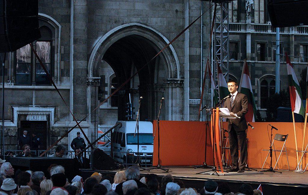 Budapest, 2006. október 18.Rogán Antal, a főváros V. kerületének polgármestere, a Fidesz parlamenti frakcióvezető-helyettese felszólal a Fidesz - Magyar Polgári Szövetség Kossuth téri nagygyűlésén.MTI Fotó: Szigetváry Zsolt
