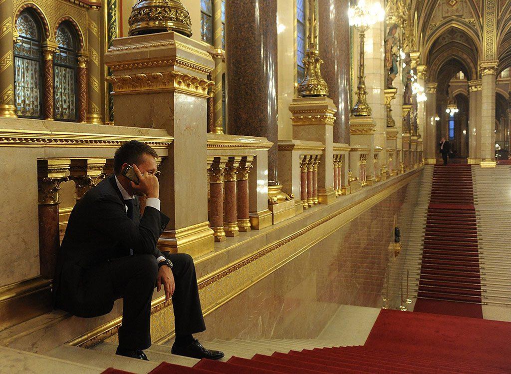 Budapest, 2010. szeptember 13.Rogán Antal fideszes képviselő telefonál a Parlament lépcsőjén a plenáris ülés szünetében.MTI Fotó: Koszticsák Szilárd