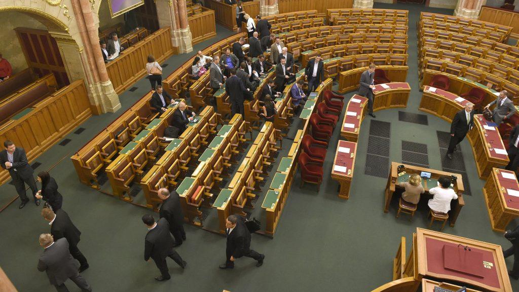 Budapest, 2016. augusztus 22. A törvényhozás tagjai kivonulnak az ülésterembõl, mert a kormánypárti képviselõk távolmaradása miatt a napirend elõtti felszólalások után bezárták az Országgyûlés rendkívüli plenáris ülését 2016. augusztus 22-én.  A választási eljárási törvény kiterjesztését célzó módosítás kapcsán a rendkívüli ülést a Jobbik kezdeményezte az MSZP és az LMP támogatásával. MTI Fotó: Bruzák Noémi