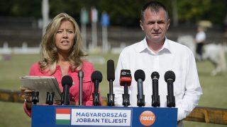 Szilvásvárad, 2013. július 20.Selmeczi Gabriella, a Fidesz szóvivője és Horváth László (Fidesz) országgyűlési képviselő, megyei kormánymegbízott sajtótájékoztatót tart 2013. július 20-án Szilvásváradon, ahol megkezdődött a Lipicai Lovasfesztivál.MTI Fotó: Komka Péter