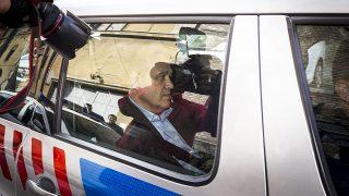 Budapest, 2015. március 28.A Quaestor-cégcsoport elnök-vezérigazgatóját, Tarsoly Csabát szállítják el egy rendőrautóval a Fővárosi Főügyészség Fő utcai épületéből 2015. március 28-án. Március 29-re halasztották a döntést arról, hogy előzetes letartóztatásba helyezzék-e a Quaestor-ügyben őrizetbe vetteket. A rendőrök március 26-án csalás bűntettének megalapozott gyanúja miatt vettek őrizetbe három embert, köztük Tarsoly Csabát.MTI Fotó: Szigetváry Zsolt