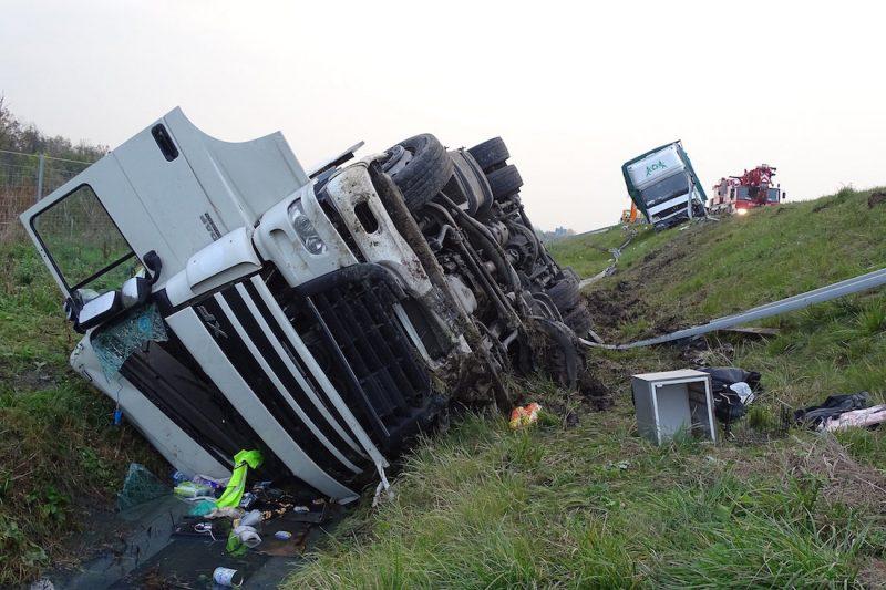 Szeged, 2016. október 29. Összetört kamion az M43-as autópályán Szeged határában, ahol a gépjármű egy leállósávban álló teherautónak ütközött 2016. október 29-én. A balesetben a kamionban utazó két sofőr megsérült, a mentők kórházba szállították őket. MTI Fotó: Donka Ferenc