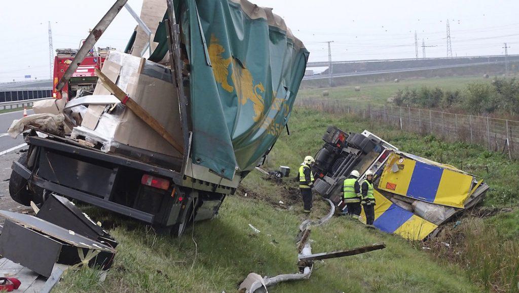 Szeged, 2016. október 29. Összetört teherautó, amelybe hátulról belehajtott és az árokba borult egy kamion az M43-as autópályán Szeged határában 2016. október 29-én. A balesetben a kamionban utazó két sofőr megsérült, a mentők kórházba szállították őket. MTI Fotó: Donka Ferenc