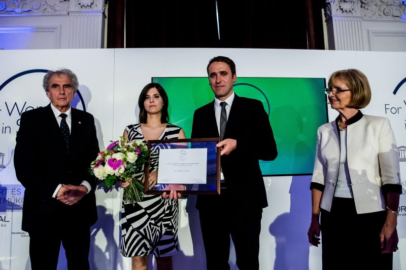 Budapest, 2016. október 25. Réthelyi Miklós, az UNESCO Magyar Nemzeti Bizottságának elnöke (b), Farkas Klaudia belgyógyász, aki a L'Oréal és az UNESCO A nõkért és a tudományért elnevezésû ösztöndíját vette át (b2), Tomás Hruska, a L'Oréal Magarország, Csehország, Szlovákia ügyvezetõ igazgatója (j2) és Ádám Veronika akadémikus, a zsûri elnöke az ösztöndíj átadóünnepségén Budapesten, a Magyar Tudományos Akadémia (MTA) Felolvasótermében 2016. október 25-én. MTI Fotó: Balogh Zoltán