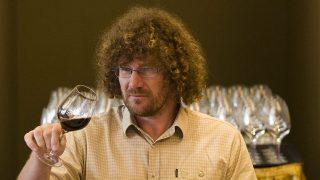 Visegrád, 2010. június 20.Veszelovszki Zsolt, a port.hu alapító tulajdonosa, a médiazsűri tagja bort vizsgál a VinAgora Nemzetközi Borversenyen, a visegrádi Hotel Thermalban. A versenyre huszonegy országból közel hatszáz nevezés érkezett.MTI Fotó: Szigetváry Zsolt