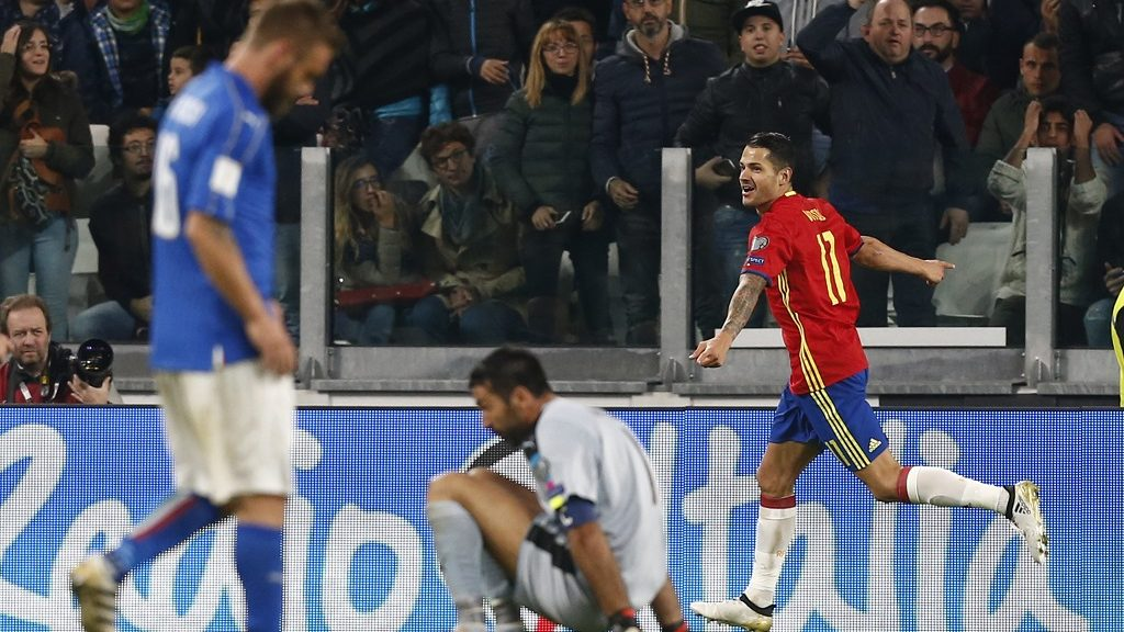 Spain's midfielder Vitolo (R) celebrates after scoring during the WC 2018 football qualification match between Italy and Spain on October 6, 2016 at the Juventus stadium in Turin / AFP PHOTO / Marco BERTORELLO
