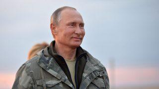 Orenburg, 2016. október 3.Vlagyimir Putyin orosz elnök újrahonosított Przsevalszkij-lovakat néz az orengburgi  természetvédelmi területen 2016. október 3-án. Az Orenburg-projektben jelenleg egy 16 ezer hektáros területen próbálják meg a Nikolaj Przsevalszkij orosz kutatóról elnevezett háziasított lovak elődjét újra honosítani. (MTI/EPA/Szputnyik/Kreml/pool/Alekszej Druzsinyin)