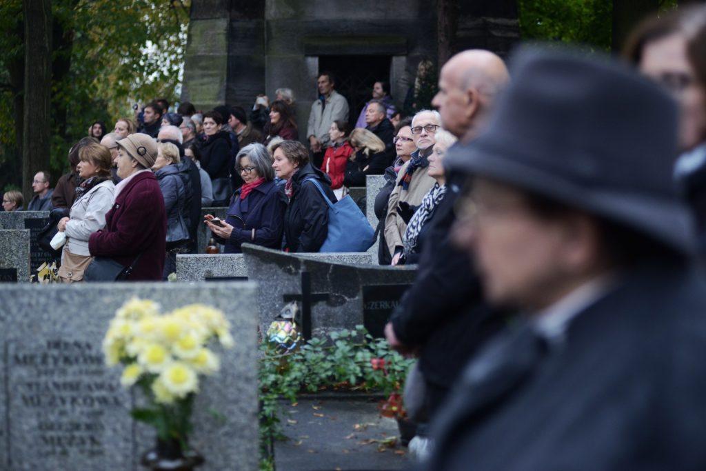 People attend the funeral ceremony for Polish filmmaker Andrzej Wajda in Salwator cemetery in Krakow on October 19, 2016.   Wajda died on October 9 aged 90.  / AFP PHOTO / Bartosz Siedlik