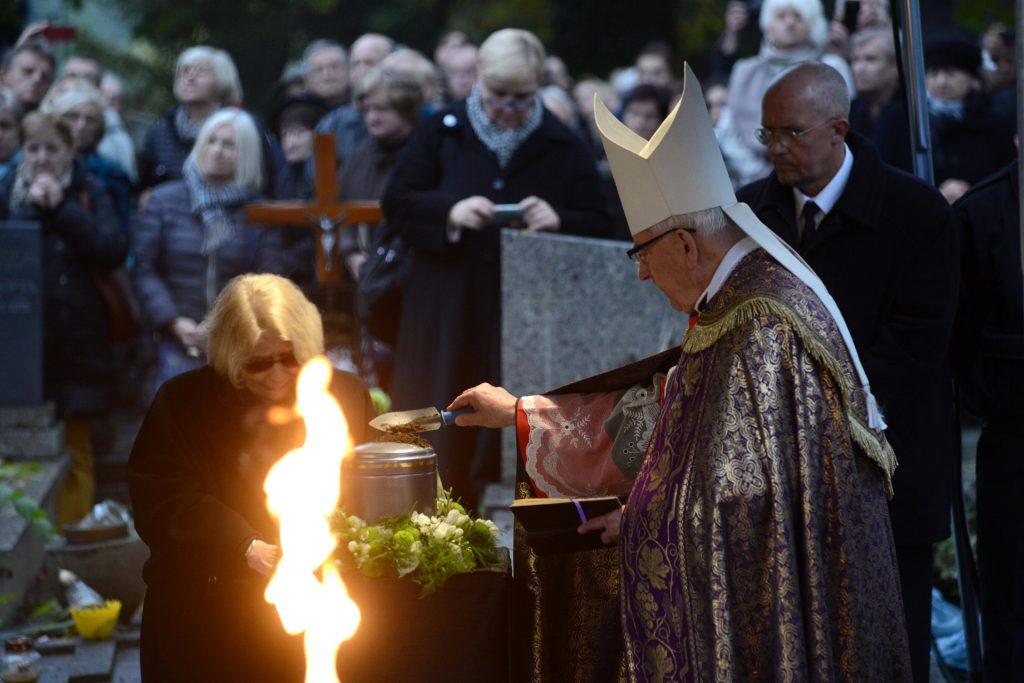 Krystyna Zachwatowicz (L), widow of late polish filmmaker Andrzej Wajda attens his funeral ceremony in Salwator cemetery in Krakow on October 19, 2016.   Wajda died on October 9 aged 90.  / AFP PHOTO / Bartosz Siedlik