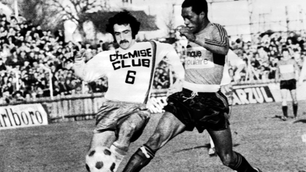 L'avant-centre de l'équipe de Rennes, l'Ivoirien Laurent Pokou (D), marque un but lors du match Stade Rennais-Lyon comptant pour le Championnat de France, en 1ère division, le 20 janvier 1974, à Rennes. / AFP PHOTO / -