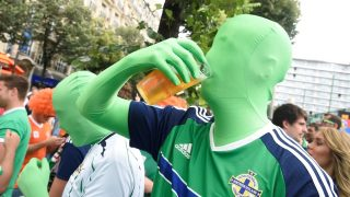 Northern Ireland fans drink beer on June 21, 2016 in Paris, ahead of the Euro 2016 football tournament match opposing Northern Ireland to Germany. / AFP PHOTO / DOMINIQUE FAGET