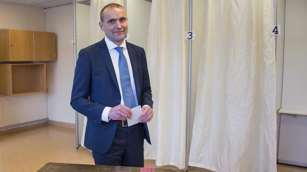 Presidential candidate Gudni Johannesson casts his ballot at a polling station in Reykjavik, on June 25, 2016. Iceland began voting in a presidential election, two months after the Panama Papers scandal tainted part of the political elite, with newcomer Gudni Johannesson seen clinching an easy victory. / AFP PHOTO / HALLDOR KOLBEINS