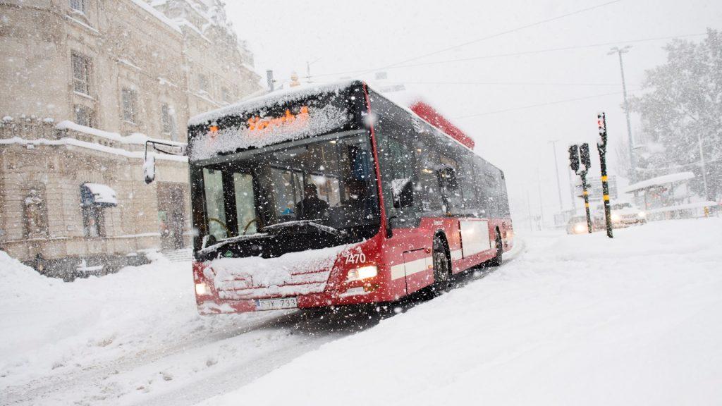 A buss rides during a snowfall on November 9, 2016 in Stockholm.  / AFP PHOTO / JONATHAN NACKSTRAND