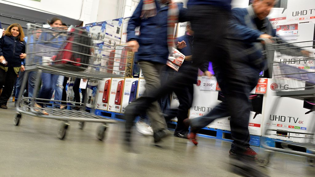"""People taking advantage of """"Buen Fin"""" -- the Mexican version of """"Black Friday"""" -- shop at a Sam's store in Mexico City on November 18, 2016. / AFP PHOTO / Pedro PARDO"""
