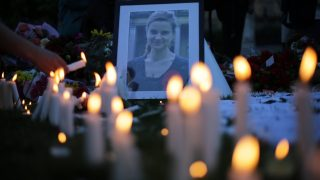 (FILES) This file photo taken on June 17, 2016 shows candles being lit around floral tributes in Parliament Square central London in remembrance of Labour MP Jo Cox who was killed on a street in Birstall on June 16.  Far-right extremist Thomas Mair has been found guilty of murdering Labour MP Jo Cox on November 23, 2016.  / AFP PHOTO / DANIEL LEAL-OLIVAS
