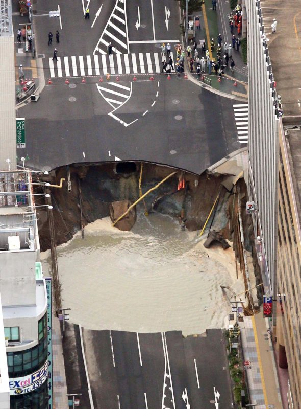 An aerial photo shows the wide surface of the city road near by Hakata Station depressed seen at Hakata Ward, Fukuoka City of Fukuoka Prefecture on Nov.8, 2016. According to the Transportation Authority of Fukuoka City,   the workers evacuated from the he area , which  had been underway construction at a  25-meter below ground related to the Nanakuma Subway line.    ( The Yomiuri Shimbun )