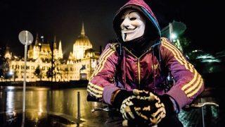 """Budapest, 2016. november 5. A Rendszerkritikus Tömeg - Million Mask March 2016 elnevezésű, az Anonymous """"hacktivista"""" közösség által szervezett vonulásos demonstráció a fővárosi Vértanúk terén 2016. november 5-én. A háttérben az Országház. MTI Fotó: Balogh Zoltán"""