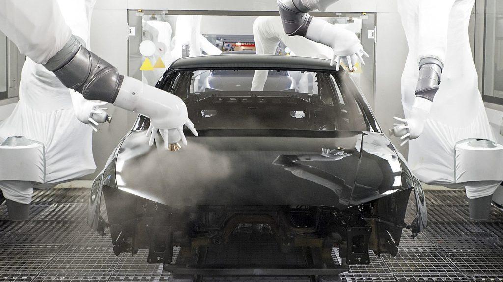 Gyõr, 2016. május 17. Robotkarokkal festik egy személygépkocsi karosszériáját a gyõri Audi Hungária Motor Kft. lakkozóüzemében 2016. május 17-én. MTI Fotó: Krizsán Csaba