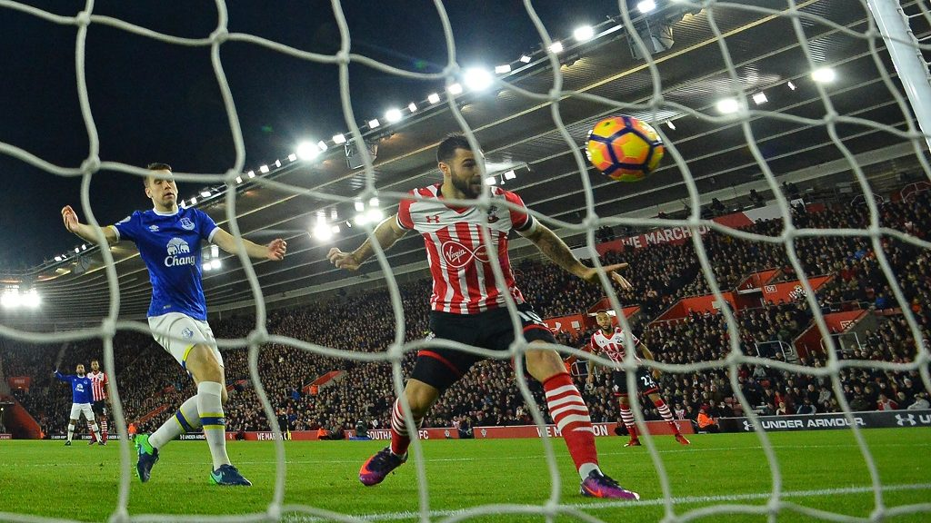 Southampton's English striker Charlie Austin (C) heads in the opening goal in the first minute of the English Premier League football match between Southampton and Everton at St Mary's Stadium in Southampton, southern England on November 27, 2016. / AFP PHOTO / Glyn KIRK / RESTRICTED TO EDITORIAL USE. No use with unauthorized audio, video, data, fixture lists, club/league logos or 'live' services. Online in-match use limited to 75 images, no video emulation. No use in betting, games or single club/league/player publications.  /