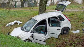 Pomáz, 2016. november 6. Összeroncsolódott személyautó Pomáz és Dobogókõ között, ahol a gépjármû lesodródott az útról és fának ütközött 2016. november 6-án. A balesetben a jármû utasa meghalt, a sofõr könnyebben megsérült. MTI Fotó: Lakatos Péter