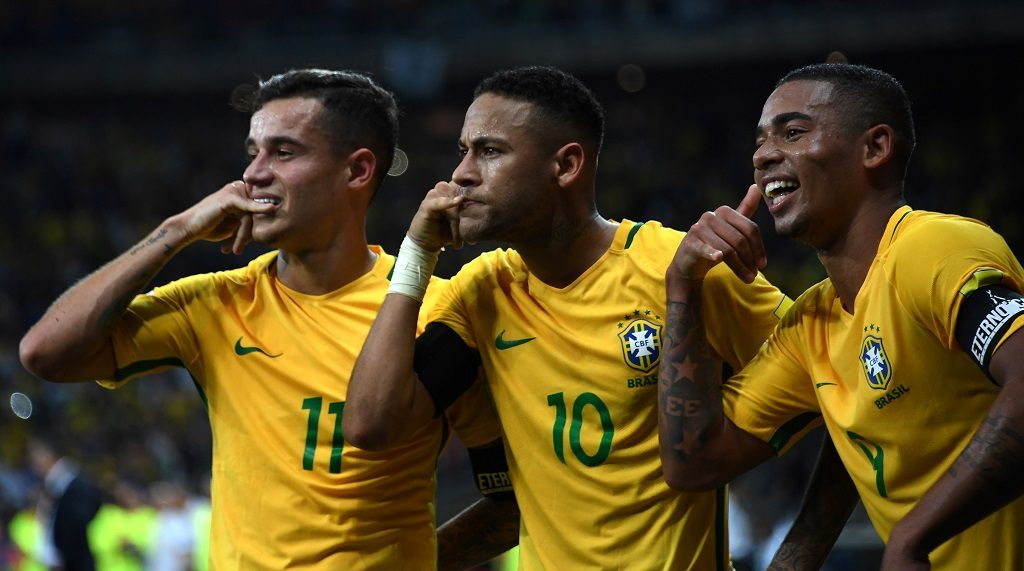 Brazil's Neymar (C) celebrates with teammates Philippe Coutinho (L) and Gabriel Jesus after scoring against Argentina during their 2018 FIFA World Cup qualifier football match in Belo Horizonte, Brazil, on November 10, 2016. / AFP PHOTO / VANDERLEI ALMEIDA