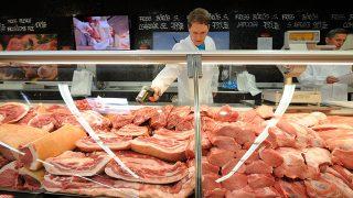 Szeged, 2013. március 26.A tőkehúsok hőmérsékletét ellenőrzi Kiss István, a Csongrád Megyei Kormányhivatal Élelmiszerlánc-biztonsági és Állategészségügyi Igazgatóságának munkatársa a szegedi CBA Príma áruházban 2013. március 26-án. A Nemzeti Élelmiszer-lánc Biztonsági Hivatal (NÉBIH) 2013. március 4-től 31-ig rendelt el kiemelt ellenőrzéseket, különös tekintettel azokra az élelmiszerekre, amelyeket a közelgő húsvét kapcsán a leggyakrabban vásárolnak a fogyasztók.MTI Fotó: Kelemen Zoltán Gergely