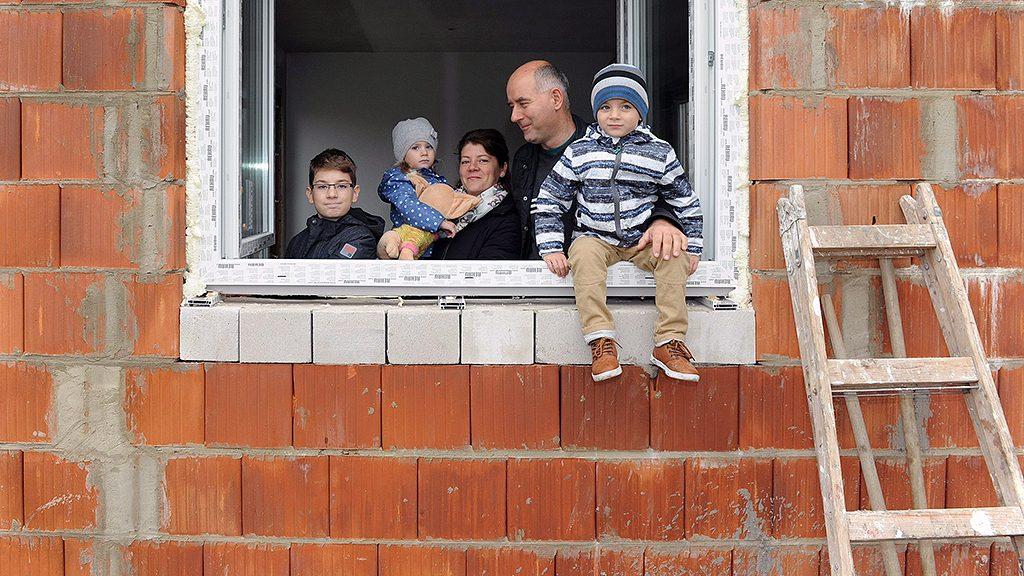 Debrecen, 2016. október 16.Együtt a három gyerekes debreceni Szabó család az épülő házba:, balról Patrik, Hanna, az anyuka: Oktávia, az apa: Szabó István és Zsombor. A család 40 százalékos önerővel és CSOK támogatással házat épít a városszéli Huszti Lakóparkban. A 170 négyzetméteres, két szintes épületben a három gyerek saját szobát kap. Azt tervezik, hogy nyolc hónapos kivitelezés után a 2016-os karácsonyt új otthonukban tölthetik.MTVA/Bizományosi: Oláh Tibor ***************************Kedves Felhasználó!Ez a fotó nem a Duna Médiaszolgáltató Zrt./MTI által készített és kiadott fényképfelvétel, így harmadik személy által támasztott bárminemű – különösen szerzői jogi, szomszédos jogi és személyiségi jogi – igényért a fotó készítője közvetlenül maga áll helyt, az MTVA felelőssége e körben kizárt.