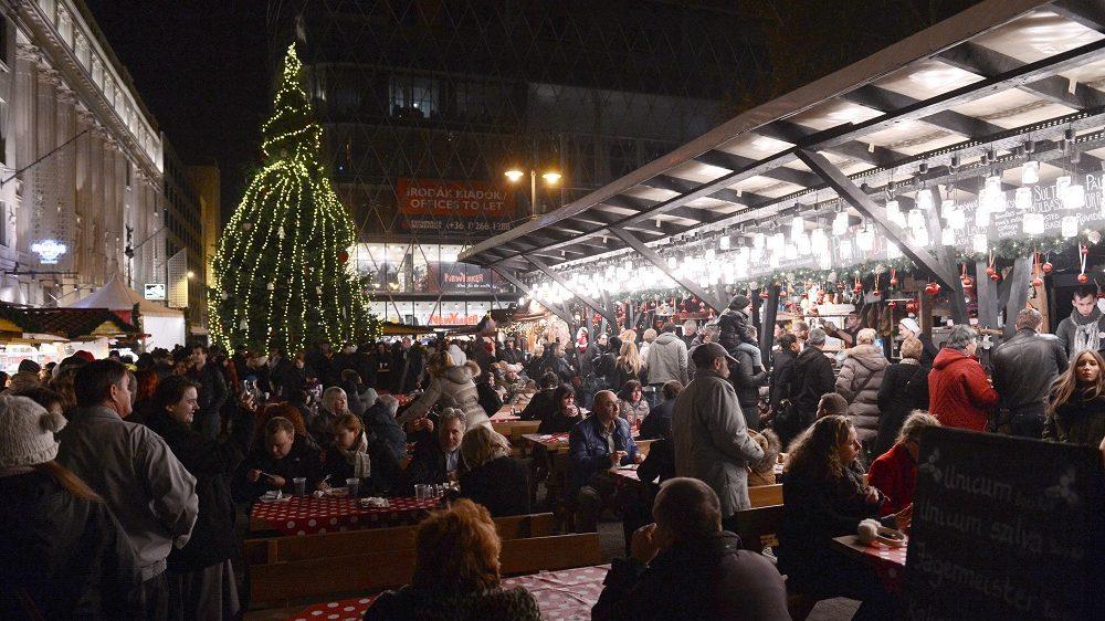 Budapest, 2012. november 17. Vásárlók a 14. alkalommal megnyílt Vörösmarty téri Budapesti Karácsonyi Vásáron 2012. november 17-én. A látogatókat zsûrizett kézmûves termékekkel, gasztronómiai különlegességekkel, színpadi fellépésekkel várják; összesen 122 árusítóhelyet és látványmûhelyt alakítottak ki a rendezvény helyszínén. MTI Fotó: Kovács Tamás