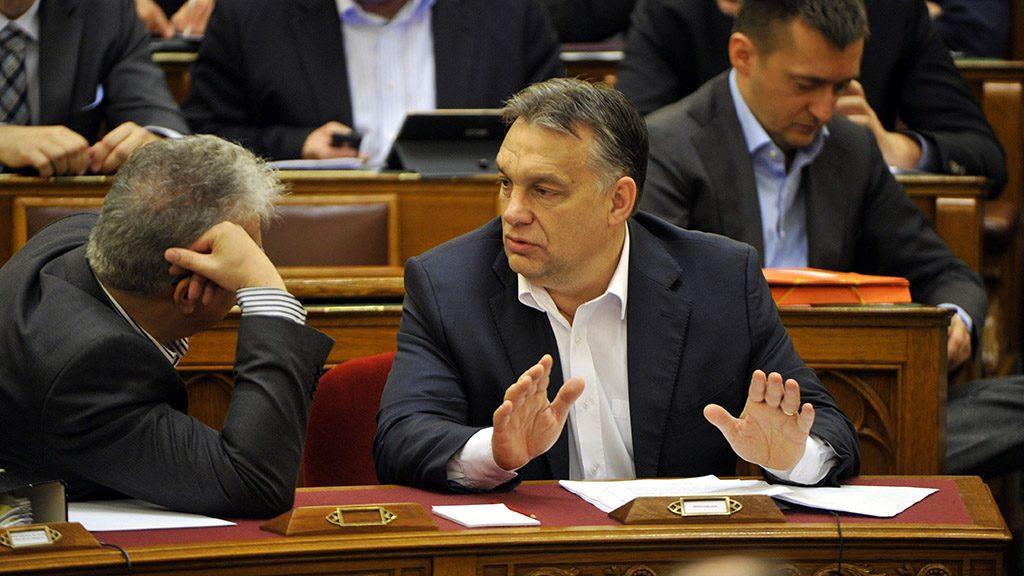 Budapest, 2014. november 18.Középen Orbán Viktor miniszterelnök, balra Semjén Zsolt nemzetpolitikáért felelős miniszterelnök-helyettes, mögötte Rogán Antal, a Fidesz frakcióvezetője az Országgyűlés plenáris ülésén 2014. november 18-án. A parlament elfogadta a jövő évi adótörvényeket.MTI Fotó: Kovács Attila