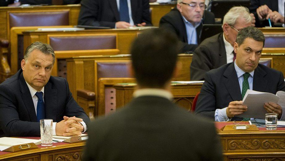 Budapest, 2016. április 11. Orbán Viktor miniszterelnök (b) hallgatja a Jobbik frakcióvezetõje, Vona Gábor (az elõtérben) azonnali kérdését válaszol az Országgyûlés plenáris ülésén 2016. április 11-én. Jobbról Lázár János, a Miniszterelnökséget vezetõ miniszter. MTI Fotó: Illyés Tibor