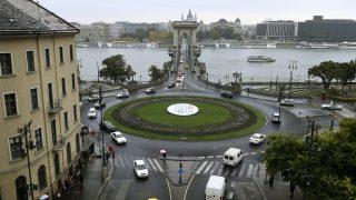 Budapest, 2016. október 20. Az 1956-os forradalom és szabadságharc 60. évfordulója alkalmából kihelyezett kör alakú molinó a budapesti Clark Ádám téren 2016. október 20-án. MTI Fotó: Koszticsák Szilárd