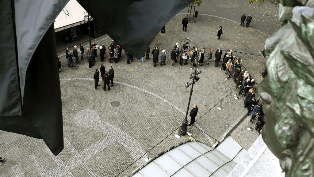 Budapest, 2016. november 19. Tisztelõi sorban állva várakoznak a Zeneakadémia épület elõtt, hogy leróják kegyeletüket Kocsis Zoltán kétszeres Kossuth-díjas, Liszt Ferenc-díjas zongoramûvész, karmester, zeneszerzõ ravatalánál 2016. november 19-én. A Nemzeti Filharmonikus Zenekar fõzeneigazgatója november 6-án, életének hatvanötödik évében hunyt el. MTI Fotó: Koszticsák Szilárd