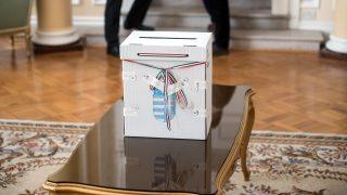 London, 2016. október 2.  Szavazóurna a londoni külképviseleti szavazókörben, a magyar nagykövetségen a kvótareferendum napján, 2016. október 2-án. A népszavazást a nem magyar állampolgárok Magyarországra történõ kötelezõ betelepítésével kapcsolatban írták ki. A nagy-britanniai külképviseleten 1327 magyarországi állandó lakcímmel rendelkezõ szavazó vetette fel magát a szavazólistára, a 105 külképviselet közül a legtöbben.  MTI Fotó: Deme Dániel