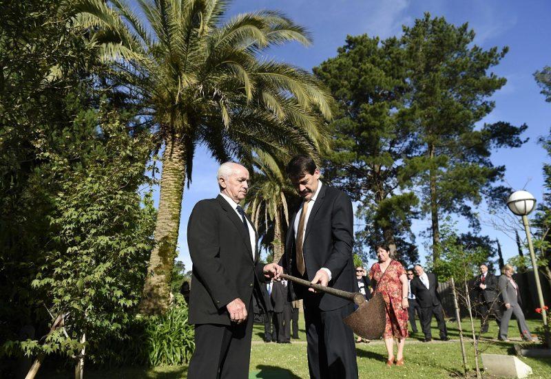 Melbourne, 2016. november 7. Áder János köztársasági elnök (b2) fát ültet a Melbourne-i Magyar Központban 2016. november 7-én. Mellette Sülly Sándor, a központ egyik igazgatója. MTI Fotó: Bruzák Noémi