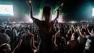Budapest, 2016. augusztus 15.A barátaival fesztiválozó ausztrál Tess Gouldsmith a francia David Guetta koncertjén a budapesti Hajógyári-szigeten a nagyszínpad előtt a 24. Sziget fesztivál harmadik napján, 2016. augusztus 14-én. Az összesen hatfős baráti társaság tagjai Ausztráliából, Angliából és Olaszországból érkezett a fesztiválra. A fiatalok idén fejezték be egyetemi tanulmányaikat és a nyarat európai utazással töltik. A fesztivál zenei programján kívül kíváncsiak Budapest látnivalóira és a magyar ételkülönlegességekre is.MTI Fotó: Balogh Zoltán