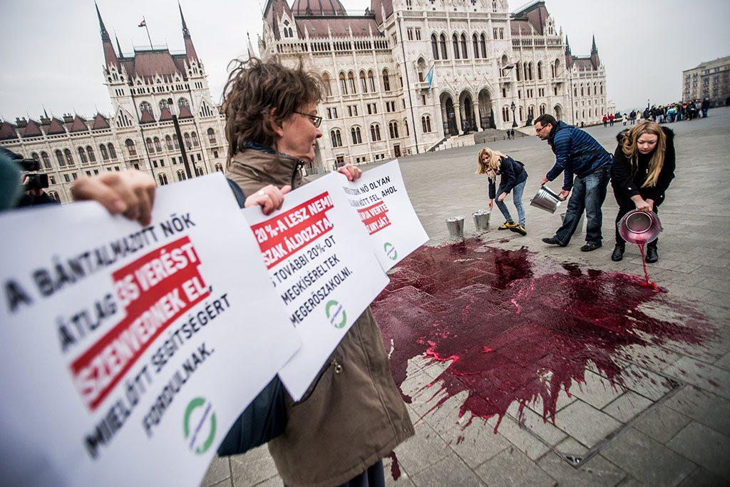 Budapest, 2016. november 25.A Párbeszéd Magyarországért (PM) flashmobja a nők elleni erőszak felszámolásának világnapján az Országház előtt 2016. november 25-én.MTI Fotó: Balogh Zoltán