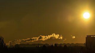 Debrecen, 2015. január 7. A debreceni erõmû kéményei füstölnek napfelkeltekor Debrecenben 2015. január 7-én. Az Országos Meteorológiai Szolgálat mérései szerint mínusz 13 Celsius-fokra csökkent a levegõ hõmérséklete a városban. MTI Fotó: Czeglédi Zsolt