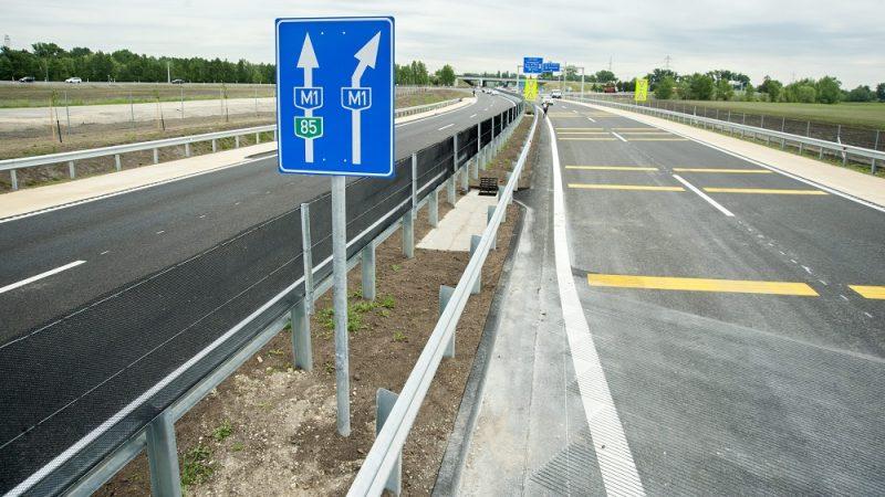 Gyõr, 2015. május 18. Az M85-ös autóút építés alatt álló szakasza Gyõr közelében 2015. május 18-án. Kara Ákos fideszes országgyûlési képviselõ, a Nemzeti Fejlesztési Minisztérium (NFM) infokommunikációért és fogyasztóvédelemért felelõs államtitkára bejelentette, hogy június közepére elkészül az M85-ös kétszer kétsávos gyorsforgalmi út Gyõr és Enese közötti, mintegy 6,8 kilométer hosszú szakasza. MTI Fotó: Krizsán Csaba