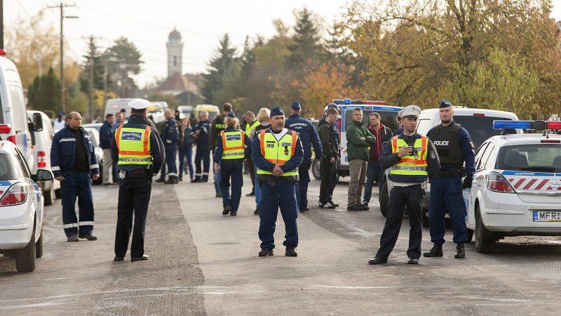 Bõny, 2016. október 26. Rendõri készültség Bõny fõutcájában, a Szabadság úton 2016. október 26-án. Sajtóinformációk szerint lövöldözés volt az utcában. MTI Fotó: Krizsán Csaba