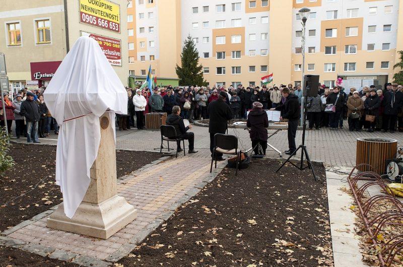Somorja, 2016. november 13. Mátyás király mellszobrának felavatása a szlovákiai Somorján (Samorin) 2016. november 13-án. MTI Fotó: Krizsán Csaba