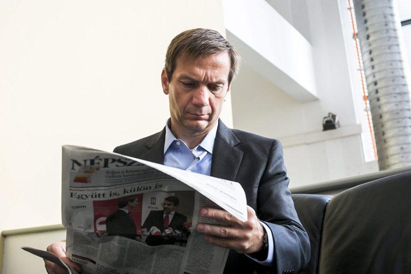Budapest, 2013. augusztus 30.Bajnai Gordon volt miniszterelnök, az Együtt-PM választási szövetség vezetője a Népszabadság című napilapot olvassa a Kossuth Rádió 180 perc című műsorában adott interjúja előtt a Magyar Rádió épületében 2013. augusztus 30-án.MTI Fotó: Mohai Balázs
