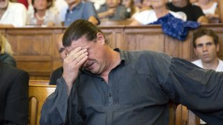 Budapest, 2016. augusztus 30. Budaházy György az ellene és tizenhat társa ellen terrorcselekmény bûntette miatt indult per tárgyalásán, az ítélethirdetés után a Fõvárosi Törvényszék tárgyalótermében 2016. augusztus 30-án. A bíróság elsõfokú ítéletében tizenhárom év fegyházbüntetésre ítélte a terrorcselekménnyel, testi sértéssel, kényszerítéssel vádolt Budaházy Györgyöt. Rendbontások miatt, a bíró kérésére a rendõrök kiürítették a hallgatóság részére fenntartott karzatot. MTI Fotó: Mohai Balázs