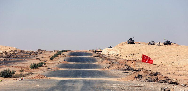 Moszul, 2016. november 1. Iraki fegyveresek az ostromgyûzûbe zárt észak-iraki Moszulba vezetõ út mentén 2016. október 31-én. Az iraki kormányhadsereg és a vele szövetséges kurd erõk, továbbá szunnita törzsek és az Irán támogatta síita milíciák október 17-én kezdtek nagyszabású hadmûveletet Moszul és környéke visszafoglalására az Iszlám Állam dzsihadista szervezet fegyvereseitõl. (MTI/EPA/Ahmed Dzsalil)
