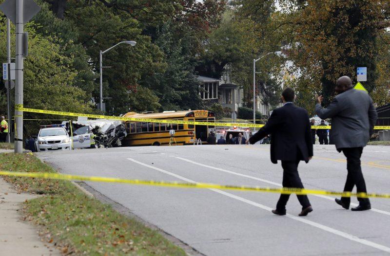 Baltimore, 2016. november 1. Szakértõk egy közúti baleset rendõrségi szalaggal lezárt helyszínén, a Maryland állambeli Baltimore-ban 2016. november 1-jén, miután hajnalban egy menetrendszerû buszjárat és egy iskolabusz frontálisan ütközött. A szerencsétlenségben hatan életüket vesztették, öt sérültet kórházban ápolnak, az egyikük állapota válságos. (MTI/AP/Patrick Semansky)